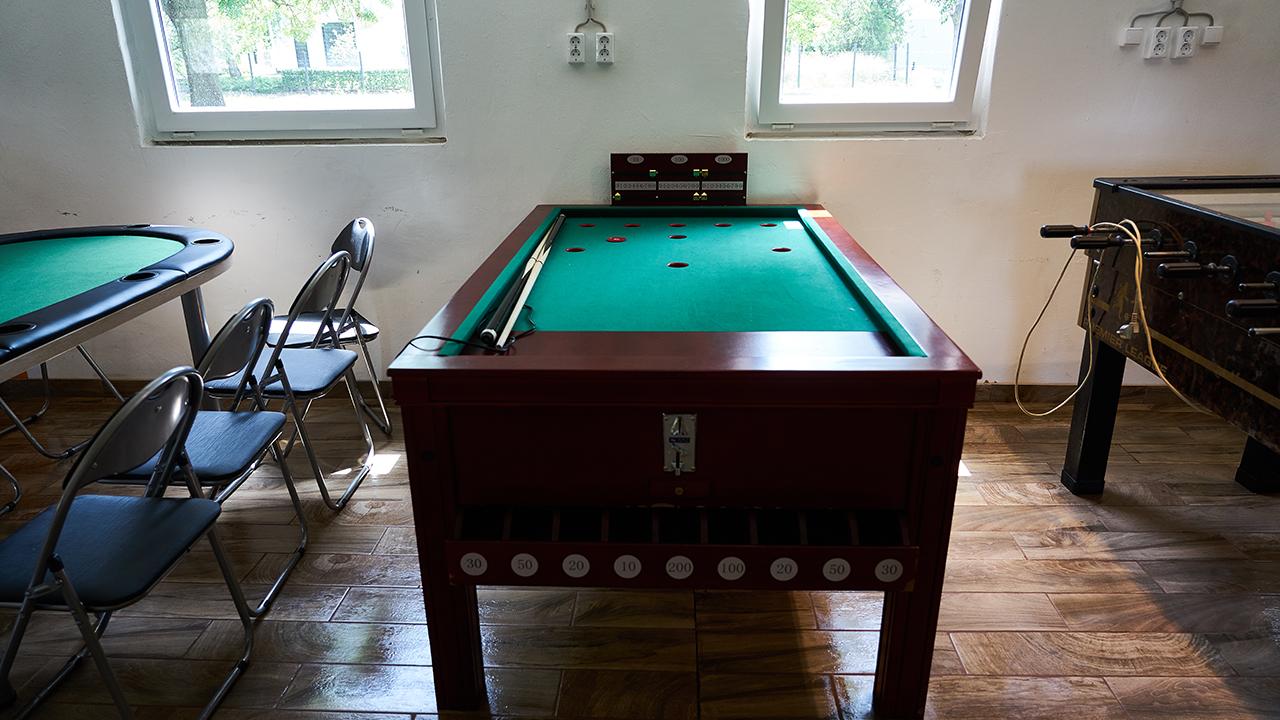 Parti hostel rex asztal