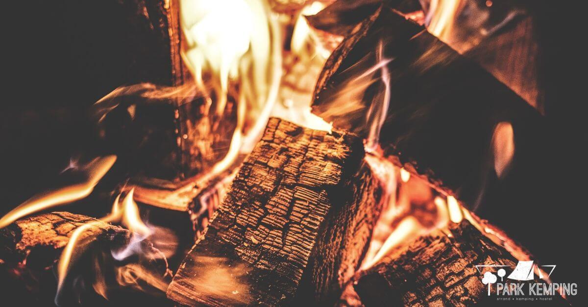Tűzgyújtás szakszerűen - a sikeres begyújtáshoz elengedhetetlen, hogy réseket hagyjunk. Így szellőzni fog a tüzünk, így a lehető leghamarabb lesz használható tüzünk.