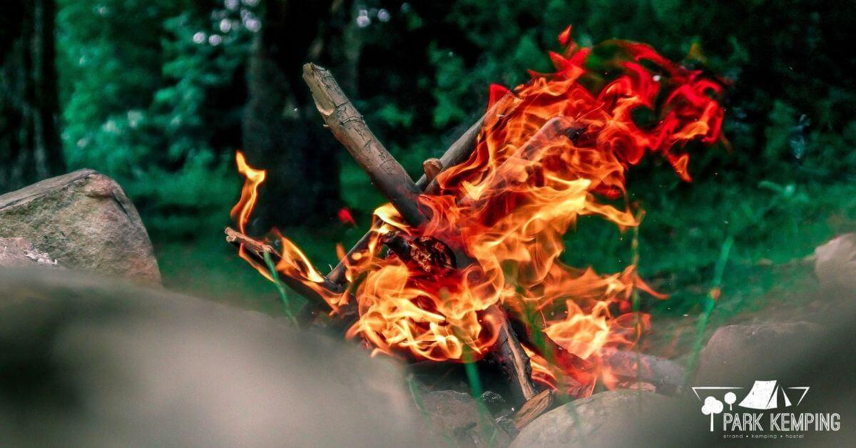 A kerti tűzrakóhely hívógató lehet, de a begyújtás előtt nem árt, ha tisztában vagyunk a tűzgyújtás általános szabályaival